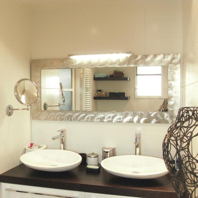 une petite salle de bains astucieuse inspiration bain. Black Bedroom Furniture Sets. Home Design Ideas