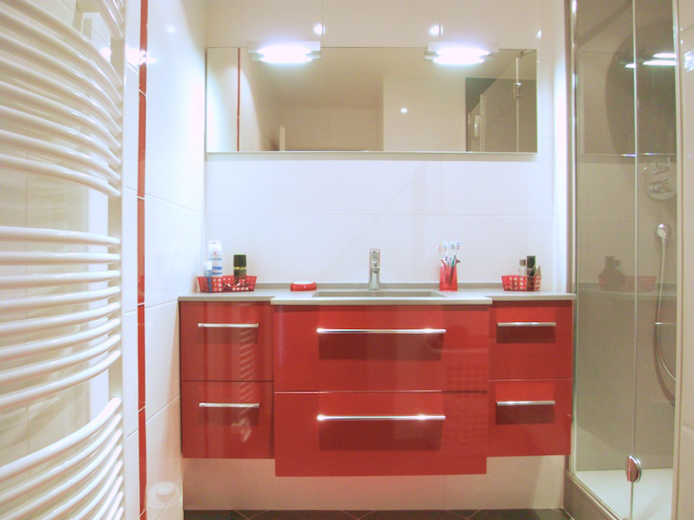 une salle de bains en rouge et blanc inspiration bain. Black Bedroom Furniture Sets. Home Design Ideas