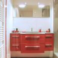 Une salle de bains en rouge et blanc