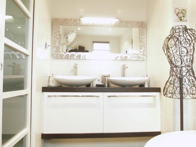 Dix id es pour petites salles de bains inspiration bain for Porte coulissante pour petite salle de bain