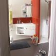 Un meuble triangle astucieux pour les petites salles de bains