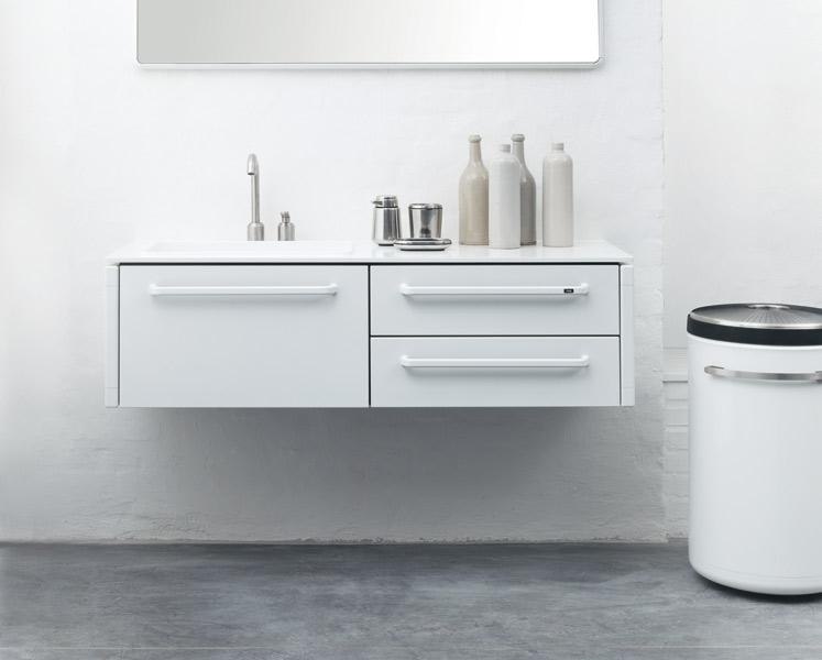 Les meubles de salle de bains en acier et corian de vipp for Meuble salle de bain corian