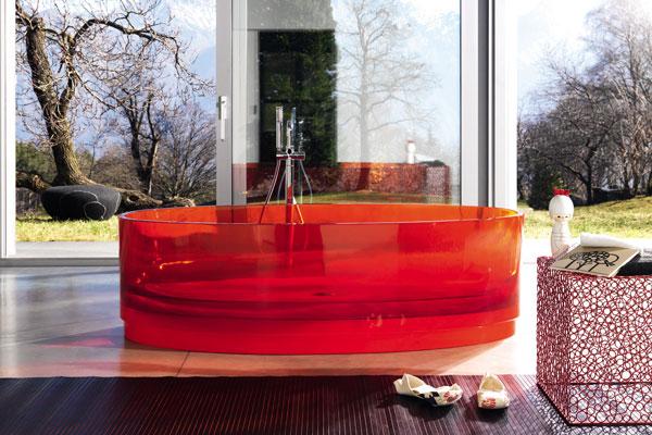 Baignoire transparente en résine et verre coloré. Jolie de Regia. Bien choisir sa baignoire.